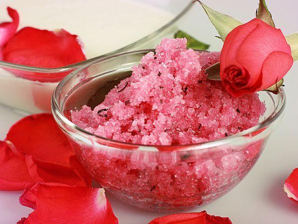 Скрабы с сахаром уже давно известны, их применяют во всех косметических салонах, как для лица, так и для тела. Его несложно изготовить в домашних условиях. Просто смешайте сахар с оливковым маслом и добавьте любое эфирное масло по вашему вкусу. Кожа станет нежной и шелковистой.