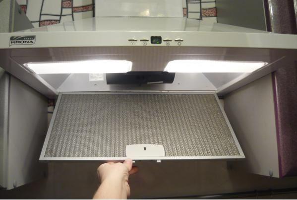 Если сетка от вытяжки на кухне сильно загрязнилась, наберите в раковину горячей воды, добавьте туда 3 ст. ложки кальцинированной соды (с горкой) и замочите в этом растворе сетку. Через 30 минут загрязнения легко удаляются с помощью щетки.