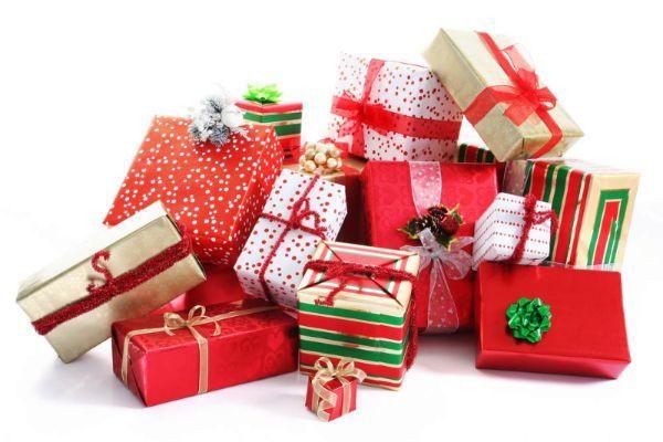 Сэкономить на праздновании следующего нового года можно покупая мелкие подарки и елочные украшения в январе.