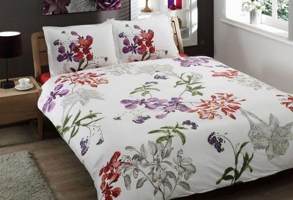 Легко заправить одеяло в пододеяльник помогут прищепки. Засунув концы одеяла в углы, фиксируем их прищепками, затем заправляем остальную часть.
