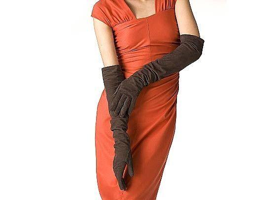 На замшевых перчатках залоснившиеся места посыпьте тальком, оставьте так на 2 - 3 часа, а затем почистите щеткой. Тальк прекрасно впитывает все загрязнения.