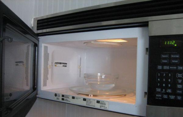 Не отмывается микроволновка? Поставьте миску с водой на максимальную температуру. После обработки паром, останется только тряпочкой обтереть.