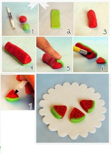 Очень нравится деткам лепить овощи и фрукты. Вот как легко можно сделать скибочки арбуза с помощью пластилина двух цветов и черного маркера.