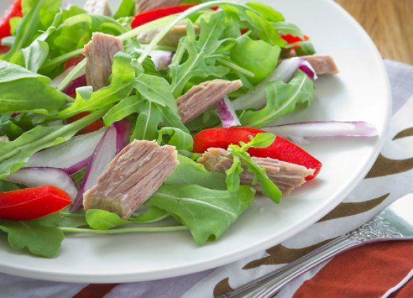 На полдник хорошо подойдет йогурт, салат, кефир, отварное нежирное мясо, овощи.