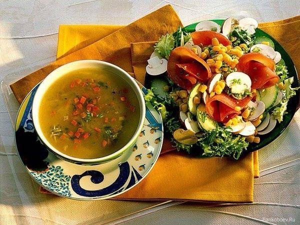 На обед хорошо подойдут супы, бульоны, салаты, отварное не жирное мясо, овощи, фрукты.