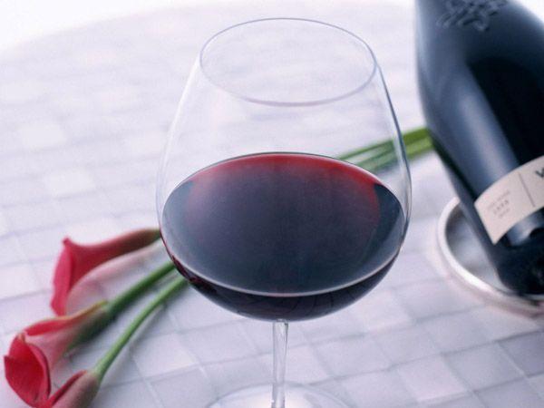 В рационе допускаются алкогольные напитки, но только один бокал красного сухого вина за день.
