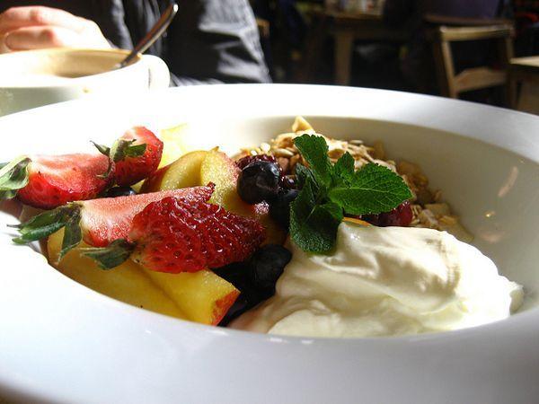 На ужин хорошо подойдет легкий салат, творог, йогурт или немного тушеных овощей.