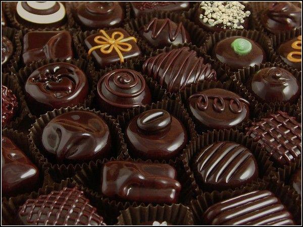 Из сладостей допустимо употребление в пищу небольшого кусочка черного шоколада.