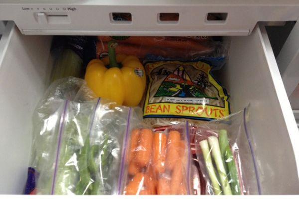 Если на дно ящика для овощей в холодильнике постелить бумажные полотенца, то они поглотят внешнюю влагу, сохранив тем самым овощи и не допустив их загнивания.