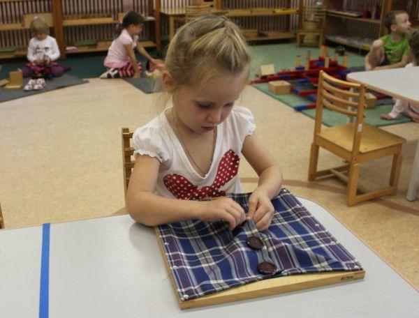 Застегивать или расстегивать пуговицы на одежде младших детей или родителей.