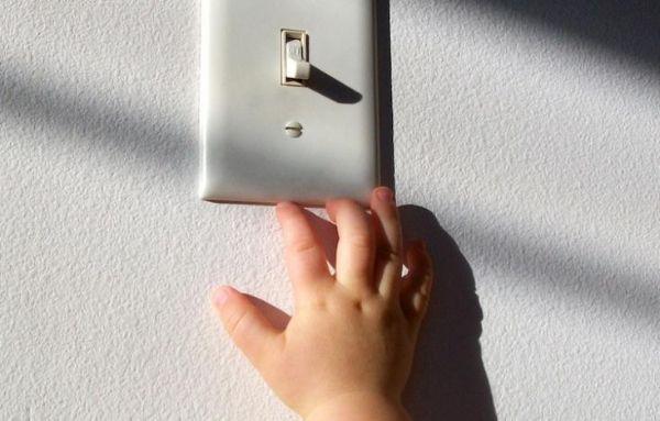 Включать и выключать свет. Это любимое занятие моей дочки. Она с удовольствием бежит в комнату, чтоб первой включить в ней свет.
