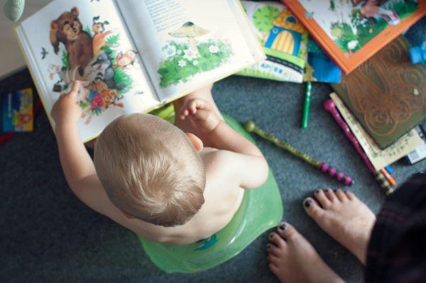 Перелистывать страницы книги. Это занятие также нравится многим деткам. Шелест страниц и цветные картинки мало кого оставляет равнодушным.