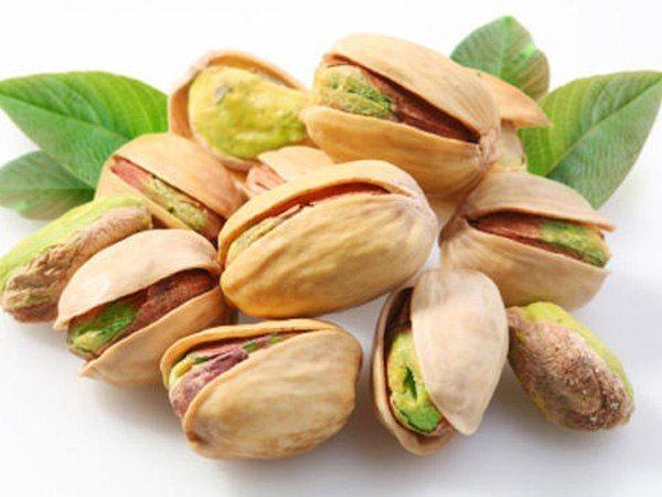 Разбирать расколотые грецкие орехи (ядра от скорлупок). Очищать фисташки. Отшелушивать пленку с жареных орехов.
