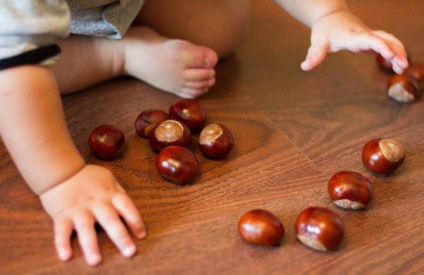 Собирать с пола соринки. Помогать собирать рассыпавшиеся по полу предметы (пуговицы, гвоздики, фасоль, бусинки).