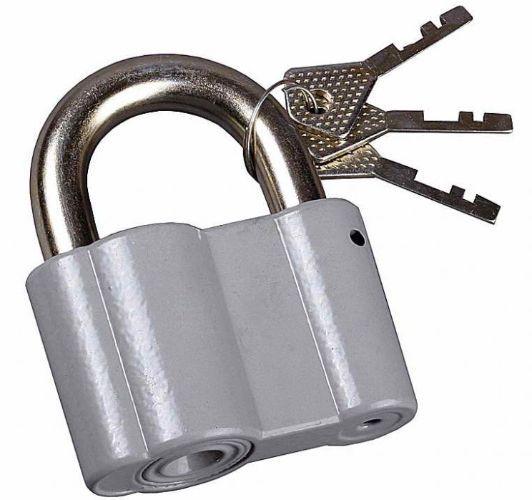 Открывать почтовый ящик ключом. Если у вас имеется шкатулка с замочком, она также станет отличным помощником для развития мелкой моторики вашего ребенка.