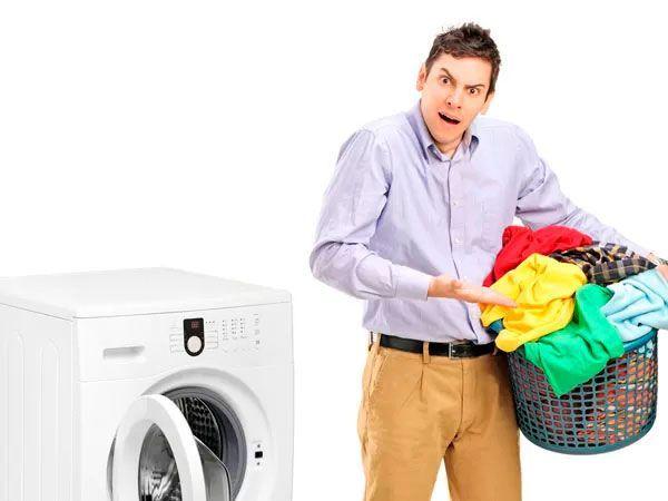 14. Хозяйственное мыло - вещь в быту практически незаменимая по той простой причине, что оно натурально, безопасно и гипоаллергенно. Если намылить хозяйственным мылом загрязненные места одежды до помещения ее в стиральную машину, то туда не нужно сыпать ни порошка, ни отбеливателя, ни кондиционера - вещи и так будут чистыми, мягкими и пушистыми.