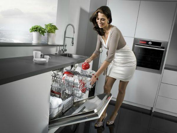 15. Хозяйственное мыло отмывает посуду и прекрасно отстирывает вещи даже в холодной воде, а потому особенно незаменимо во время дачного сезона. Тем более,  что воду, оставшуюся после этих процедур, можно спокойно выливать на землю в любом месте - никакого вреда для растений она не представляет.
