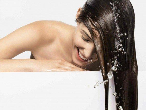 1. Если мыть голову хозяйственным мылом, можно добиться того, что волосы станут густыми и здоровыми (исчезает и перхоть, и ломкость волос). Правда, чтобы кожа головы не была после такого мытья пересушена, нужно все же затем ополоснуть голову кислым раствором на основе уксуса или лимонного сока.