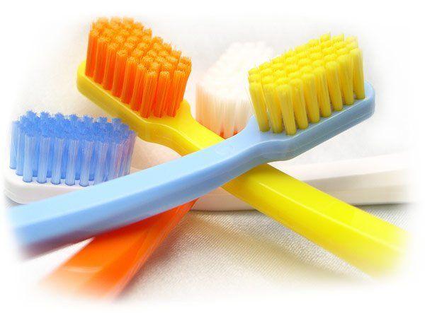 9. Хозяйственное мыло послужит дезинфицирующим средством для предметов личной гигиены (расчесок, мочалок, зубных щеток). С вечера их нужно намылить, а утром тщательно промыть. Специалисты рекомендуют проводить такую процедуру хотя бы раз в 3 месяца.