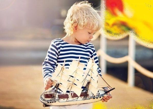 """16. Предложите игру """"Капитан и корабль"""". Капитан должен отдавать команды (""""Направо"""", """"Налево"""", """"Прямо""""), а корабль четко им следовать. Для ребенка постарше можно выбрать цель (например, доплыть в прихожую) и расставить в комнате препятствия (кегли, мягкие игрушки). Ребенок может выбрать любую из ролей."""