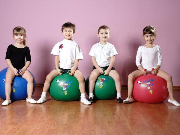 18. Попросите ребенка сесть на корточки и представить, что он мячик. Легонько хлопайте его по макушке и пусть малыш подпрыгивает. Ускоряйте и замедляйте хлопки, следя, чтобы малыш прыгал согласно задаваемому темпу.