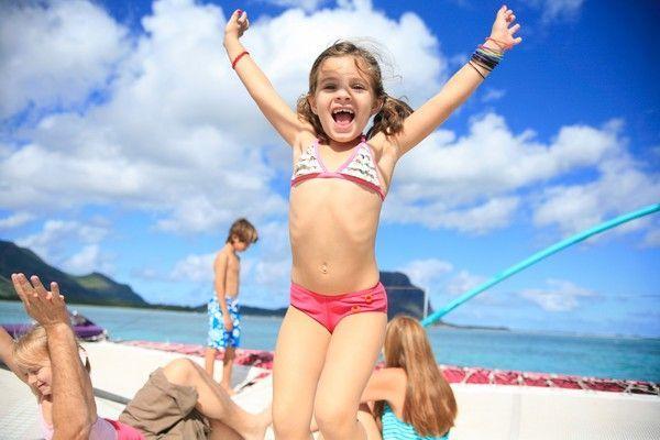 14. Предложите малышу бегать и прыгать, но при этом постоянно выполнять какое-то простое движение. Например, держать соединенными указательные пальцы или вращать кистью руки.