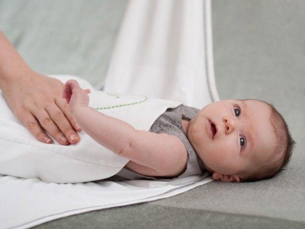 """12. Возьмите простыню или тонкое покрывало и плотно запеленайте """"малыша"""". Возраст ребенка значения не имеет, но важно, чтобы ему эта игра нравилась. Можете взять его на руки, покачать, спеть песенку."""