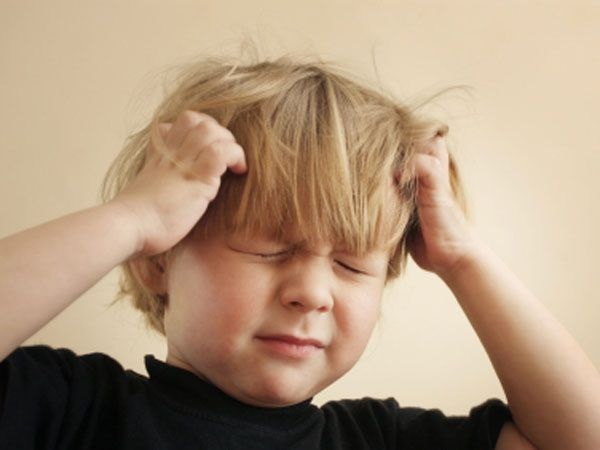 """5. Договоритесь с малышом, что как только вы нажмете ему на нос, он сразу """"выключится"""". Можно расширить эту идею, нарисовав пульт управления (или используйте ненужный пульт от телевизора). Нажимайте кнопку на пульте и говорите: """"уменьшаю громкость (выключаю звук, включаю замедление)"""". Пусть ребенок выполняет команды."""