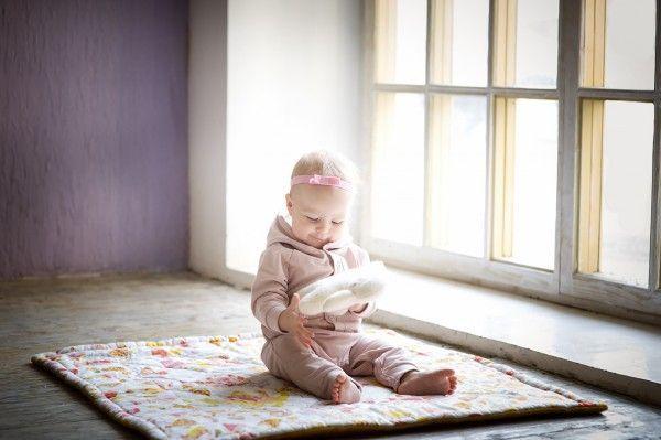 9. Попросите ребенка выполнить сложное движение, требующее сосредоточенности (провести пальцем по нарисованному лабиринту, провезти машину за веревочку между кеглями). За выполнение обещайте приз.