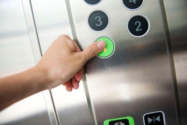 """1. Как пошутить над соседями? Для этого нужно взять столик, занести его в лифт, накрыть скатертью, поставить вазочку с цветами, чашечку кофе и усадить одного товарища в халате с газетой за стол. Как только кто-то из жителей дома вызовет лифт, и дверь перед ним откроется, человек в лифте должен произнести: """"Да как вы смеете врываться в мою квартиру, кто вам дал такое право?""""."""