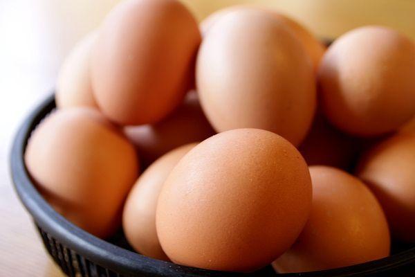 15. Над семьей можно пошутить следующим образом: берем с десяток яиц (куриных) и аккуратненько шприцом выкачиваем все содержимое. Тем же шприцом закачиваем туда воду (по законам физики она не вытечет, если нет второй дырки). Естественно, не оставляя следов - это главное. Далее предлагаем мужу или жене приготовить всем на завтрак яичницу и наблюдаем за реакцией.