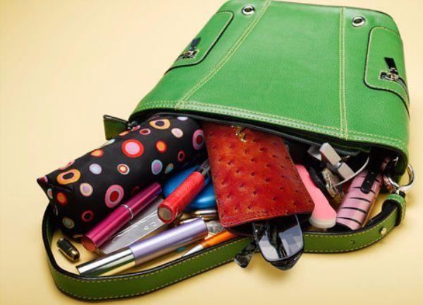 Старая мамина сумочка или косметичка с замочками и карманчиками. Желательно, чтобы в карманчиках было что-то интересное (старые визитки, дисконтные карты).