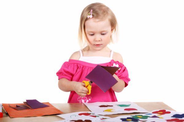 Коллаж. Даем ребенку альбом, кисточку, клей, и он приклеивает вырезанные картинки на лист бумаги, создавая свой коллаж.