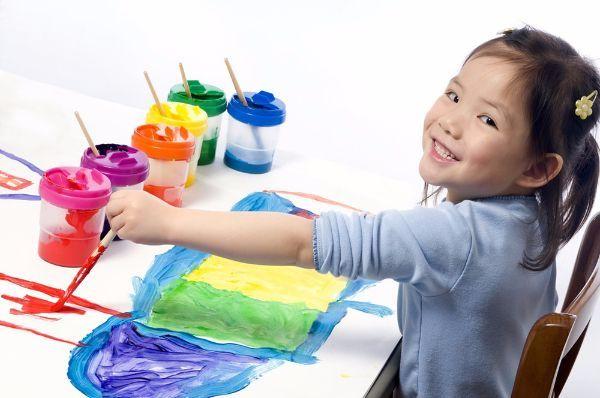 Рисование. Самый простой способ увлечь ребенка – это дать ему альбом, карандаши, фломастеры или краски. Для самостоятельного рисования очень удобно использовать рулон старых обоев, что обеспечит малышу пространство для полета фантазии.