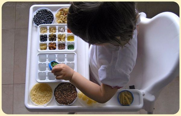 """Лоток для яиц и макаронные изделия. Ребенок """"готовит обед"""", раскладывает по тарелкам и приглашает """"гостей"""". Под присмотром взрослого """"ингредиентами"""" могут стать любые небольшие предметы - декоративные камушки, мозаика, каштаны."""