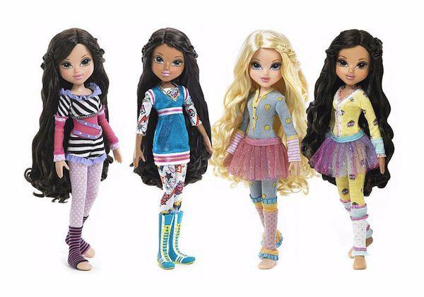 Одевание/раздевание мягких игрушек и кукол. Ребенок берет свою одежду на разные сезоны, шарфики, очки, сумочку, панамки, заколки и и собирает любимца на прогулку. Можно дать ребенку пару памперсов и предложить самостоятельно надеть их на игрушек-малышей.