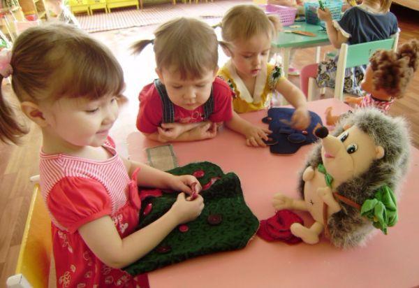 Застегивание/расстегивание пуговиц. Можно предложить ребенку одеть/раздеть любимую мягкую игрушку в рубашку с пуговицами.