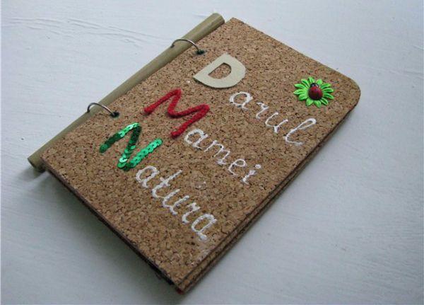 Создаем свою книжку. Разрезаем несколько листов формата A4, разрезаем пополам, скрепляем вместе с ребенком степлером – получаем импровизированную книжку. Даем ребенку цветные карандаши, и ребенок создает наполнение для книги: рисует картинки, буковки и делает надписи.