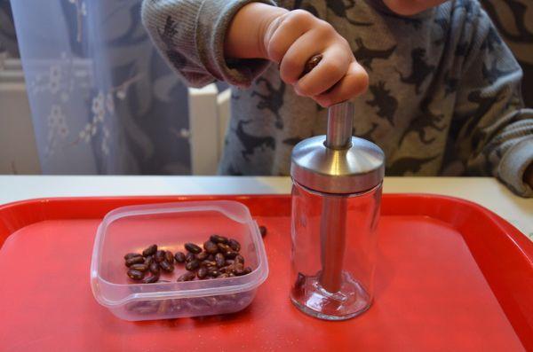Воронка и крупы или фасоль. Например, можно пересыпать крупы в бутылочку, выкладывать из фасолинок дорожки.