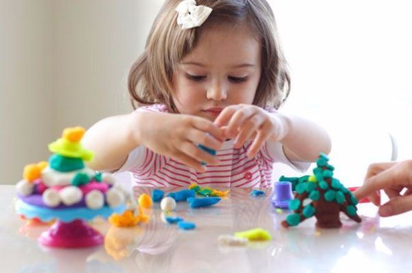 Двусторонний скотч или любые подручные средства небольшого размера. Их можно приклеивать к листу бумаги кусочки пластиковых трубочек, различные камушки, ракушки, цветные картинки, можно наклеивать на скотч кусочки ваты или нитки.