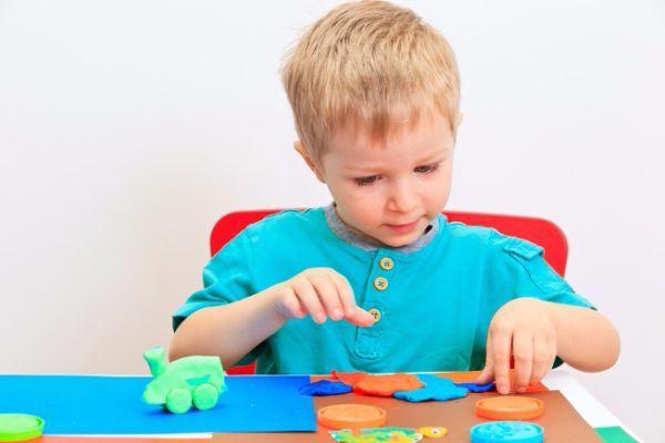 Лепка из пластилина или соленого теста. Используйте подручные материалы, чтобы малыш мог проявить свою фантазию – крупные рельефные пуговицы, стержень шариковой ручки, расческу, колпачки от фломастеров, трубочки для коктейлей, семена деревьев.