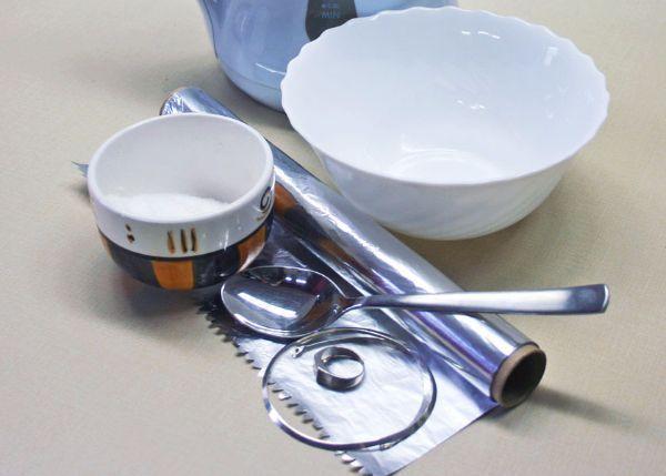 7. Чистка серебряных цепочек содой и фольгой. Для этого следует в емкость, выстланную фольгой, насыпать 2 ложки соды и прокипятить в этом растворе цепочку в течение 5 минут.