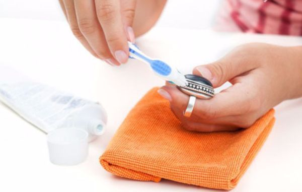 6. Чистка серебряных цепочек зубной пастой или порошком. Для этого слегка влажную щеточку (можно старую зубную) обмакивают в порошок или пасту и чистят цепочку по всей длине, не забывая про замочек. После этого украшение промывают в теплой мыльной воде и насухо вытирают.