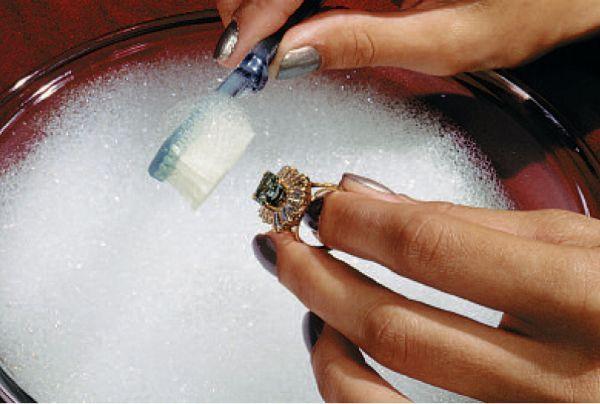 Кашица из соды и воды (3:1) отлично чистит серебряные цепочки. При помощи старой щетки и терпения украшение старательно чистят до приобретения им характерного блеска.