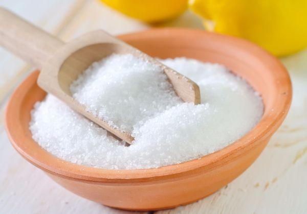 8. Чистка серебряных украшений лимонной кислотой. Этот рецепт, аналогичный предыдущему, разница лишь в том, что вместо соды используют лимонную кислоту. В сочетании с фольгой и кипятком она дает точно такой же эффект.