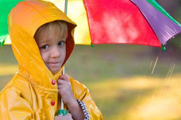13. Солнышко и дождик. Когда вы говорите «Солнышко» – можно свободно бегать по комнате, веселиться. Если «Дождик», то раскрываете зонт и зовете малыша спрятаться под зонтик от дождя. Можно прятаться не под зонтиком, а под большим платком, полотенцем, в игровом домике – палатке и т.п.