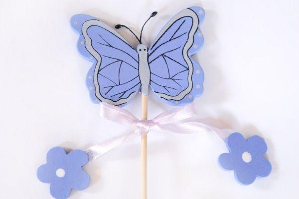 11. Порхающая бабочка. Сделайте из цветного картона или сшейте из ткани бабочку. Привяжите её на веревочку, а веревочку – к палочке (получится удочка). Перемещайте над головой ребенка в разные стороны бабочку, а ребенок должен постараться её поймать.