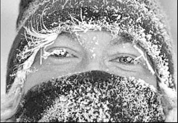 7. Холодно – тепло. Сядьте с ребенком на ковер, сложив ноги по-турецки. Скажите: «Подул северный ветер. Стало холодно-холодно». Сожмитесь в комочки, скрестив руки на груди. На слова: «Солнышко выглянуло. Стало тепло-тепло» — расслабьтесь, обмахивайтесь платочками.
