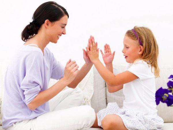 9. Делай, как я. Попросите малыша повторять за вами: погладьте себя по голове, хлопните в ладоши, присядьте, встаньте, поднимите руки вверх, возьмитесь за уши и т.д.