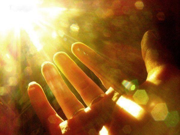 10. Солнечный зайчик. Возьмите фонарь и покажите ребенку, как от него на стене появляется желтое пятно: «Это солнечный зайчик». Предложите ребенку поймать ладошками зайчика. Если зайчик окажется на полу – его можно ловить ногами.